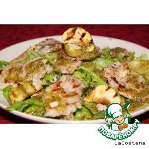 Мясной салат с теплым яблочком