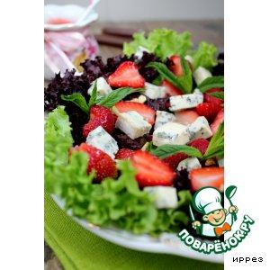 Рецепт Салат с клубникой и клубничным соусом