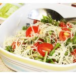 Салат с рукколой, помидорами черри и кедровыми орешками
