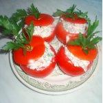 Закуска из тушеных кабачков и свежих помидоров.