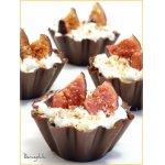 Шоколадные тарталетки со взбитыми сливками и инжиром