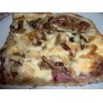 Пицца с луковой и грибной начинкой