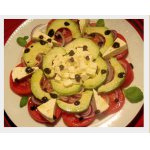 Салат из авокадо, помидоров и красного лука