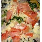 Руккола с пармской ветчиной и двумя видами сыра