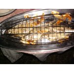 Свежая речная рыба на решетке