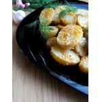 Молодой картофель, запеченный с чесноком и кунжутом, со сметанным соусом