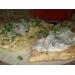 Куриные эскалопы в сливочно-грибном соусе и спагетти