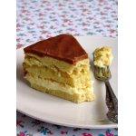 Песочный торт со сгущенкой, фруктами и шоколадно-карамельной глазурью.