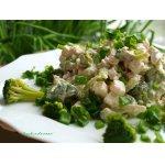 Салат с брокколи, курицей и брынзой