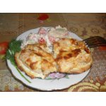 Куриное филе на гренке под сырно-чесночным соусом
