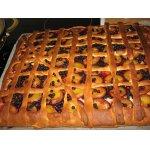 Пирог со сливами, маком и черникой
