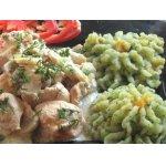 Куриная грудка с грибами в сметанно-яичном соусе и цветное пюре