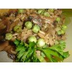 Бурый рис с грибами и зеленым горошком