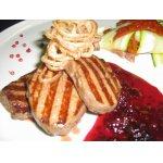 Миньоны из говядины с вишнeвым конфитью и гарниром из цукини с вялеными помидорами