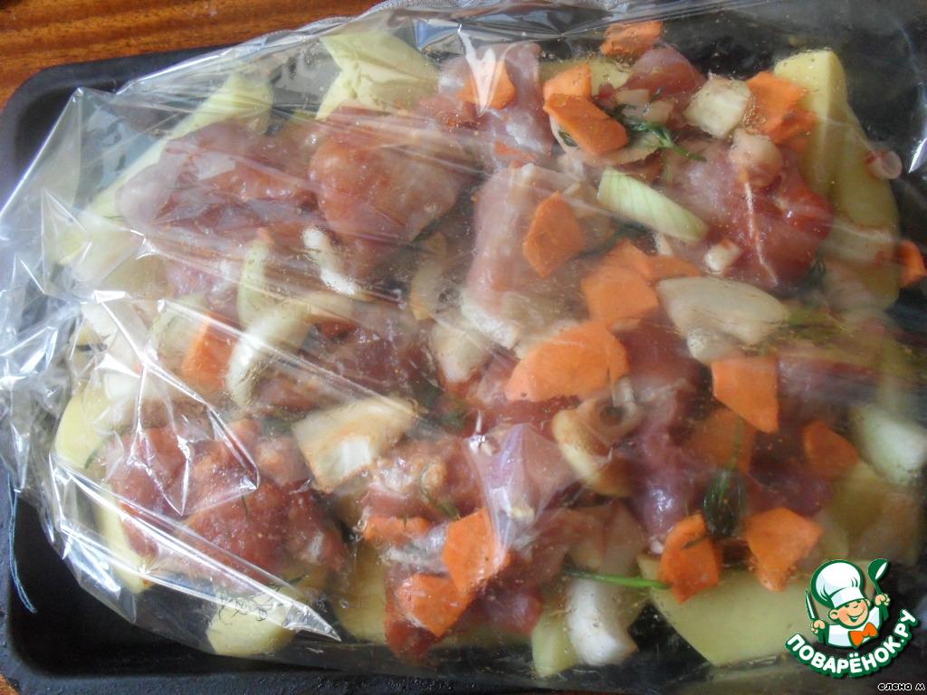 Запеченная свинина с овощами в духовке