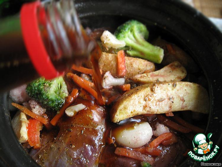 Кролик — г, морковь — шт., лук — шт., чеснок — 2 зубчика, помидоры — шт., лавровый лист — шт., черный перец горошком — шт., соль — по вкусу, душистый молотый перец — по вкусу.