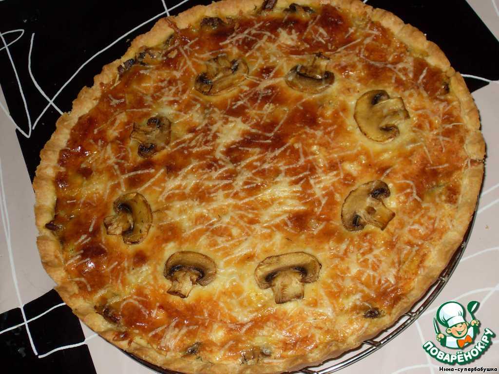 открытый пирог с сыром и грибами