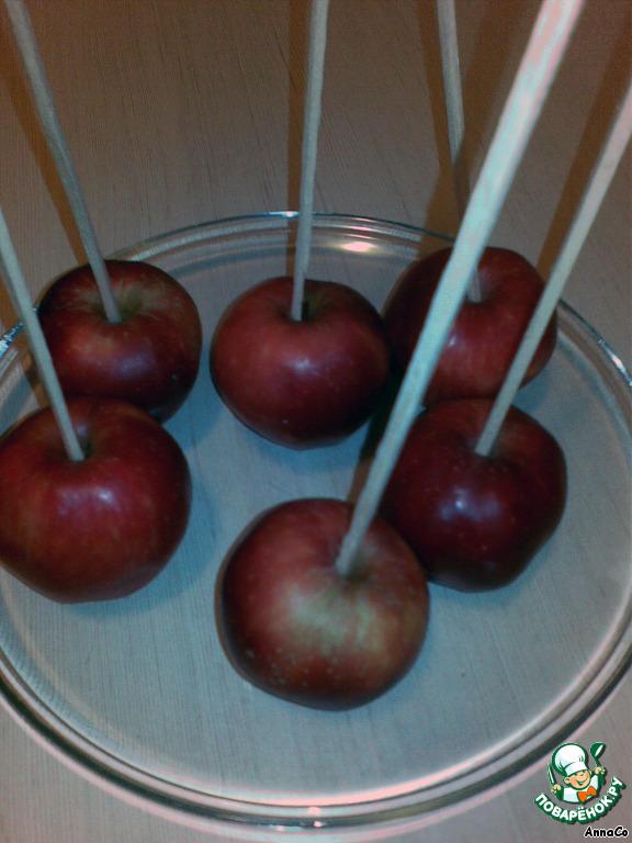 Рецепт яблок в карамели на палочке в домашних условиях 525