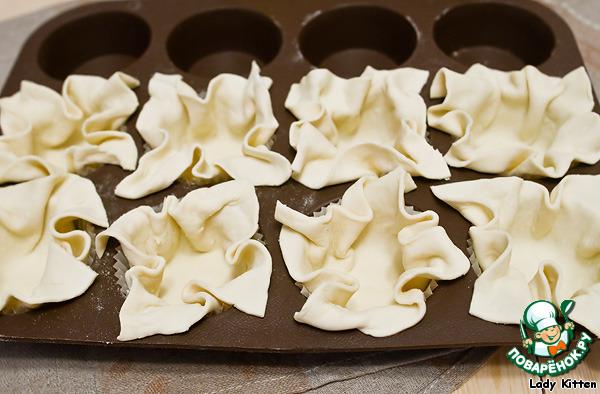 Слоеное тесто в формочках для кексов