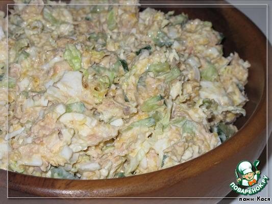 Салат из консервированной рыбы с рисом и яйцом и огурцом рецепт