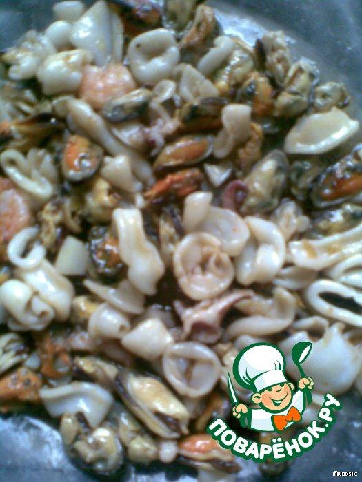 Коктейль из морепродуктов с рисом и овощами.