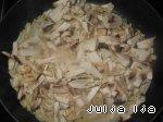 фото Ароматная гречка с сердечками и грибами в горшочках