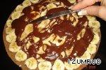 Смазать корж тонким слоем крема и выложить по всему коржу банан...