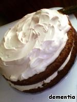 Ровняем края и верх торта любым оставшимся кремом.