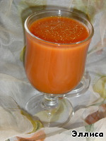 Томатный сок смешать с шашлычным соусом, сухими пряностями и солью.