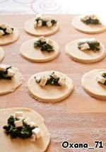 Кальцончини из фальшивого слоeного теста со шпинатом и сыром ингредиенты