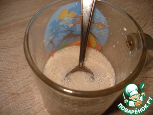 Mix warm water with yeast, 1 teaspoon flour and 1 teaspoon of sugar, leave for 10-15 minutes.