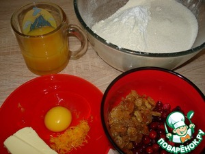 Нагреть духовку до 180 градусов. В миске смешать муку, разрыхлитель, соду, соль. Приготовить остальные ингредиенты.