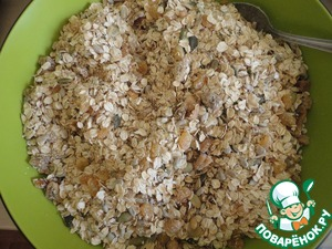 And give everything a good stir.  For your information, these cereals can be done with adding any nuts that have a home!  In form (I have a big 39х23 cm with high sides) rolling out the sheet of parchment.