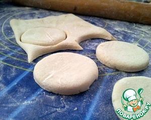 Слоеное тесто разморозить, раскатать толщиной 0,5 мм, вырезать кружочки формочкой или стаканом.    Диаметр выбирайте на свой вкус, смотря какого размера хотите получить в итоге пирожные.