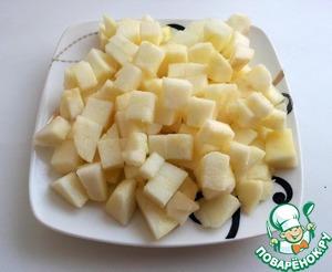 Тем временем займемся пьяной яблочной начинкой. Для нее рекомендую использовать твердые кислые яблоки, лучше зеленые.    Освободить яблоки от кожуры и сердцевины и нарезать мелкими кубиками.