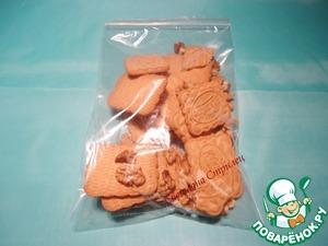 Песочное печенье и грецкие орехи помещаем в пакет, пакет закрываем или завязываем.