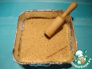 Выкладываем песочную массу в форму, придавливаем и выравниваем поверхность. Я делаю это деревянной толкушкой.