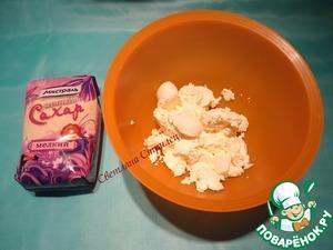 Сливочный сыр комнатной температуры хорошо взбиваем с коричневым сахаром. В чизкейки я добавляю коричневый сахар, т. к. он придает некий карамельный привкус.