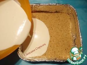 Выливаем сливочную массу в форму для выпечки на песочный слой.