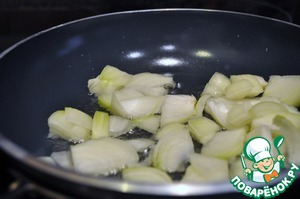 Fry the onions with the oil.