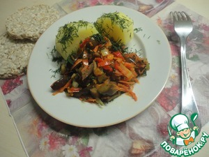 Potatoes are ready! Take out, spread on a plate, sprinkle with dill and add our hot vegetables. Bon appetit!