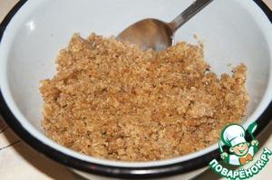 В кухонном комбайне смолоть орехи. Добавить 13-15 фиников и взбить около 20-30 секунд до однородной массы. А лучше пропустить через мясорубку.