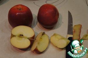В это время очистить яблоки и нарезать кубиками,