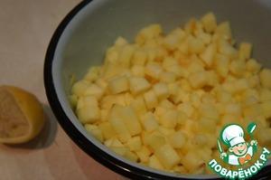 Переложить в миску, сбрызнуть лимонным соком и хорошо перемешать, чтобы они не потемнели.