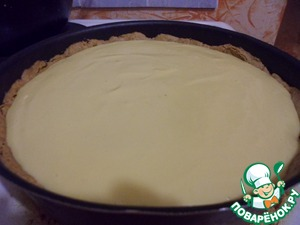 Pour the filling on top and send the cake in the oven for about 40 minutes at 180 degrees.