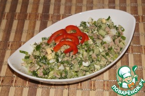 Put the salad in a salad bowl and decorate with thin strips of sweet red pepper. Bon appetit.