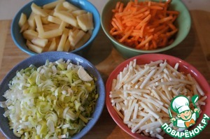 Celery and scrape the carrots and cut into sticks. Peel the potatoes and cut into cubes. Leeks chop.