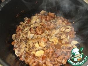 Then add the mushrooms and seasoning, peremeshivaem.