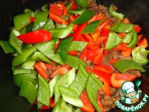 Immediately after that, put the peppers, stir and make the fire stronger. Hold for 2-3 minutes. Peppers it is necessary to periodically interrupt.