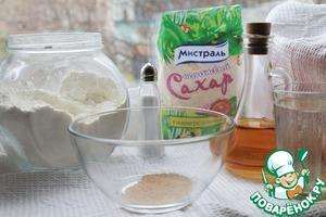 """Из этих, совершенно незатейливых, ингредиентов готовим тесто:   дрожжи залить водой (слегка тёплой), добавить 1 ч. л. сахара и 1/2 ч. л. соли, оливковое масло (можно и сливочное масло добавлять) и немного муки,   перемешать (я делаю это венчиком) хорошие дрожжи начинают сразу """"оживать"""" и пузыриться,   затем понемногу добавлять просеянную муку и вымешивать тесто,   оно должно быть мягким, нежным и эластичным,   муку не нужно сыпать всю и сразу, может понадобиться больше/меньше муки, так как она всё же очень разного качества."""